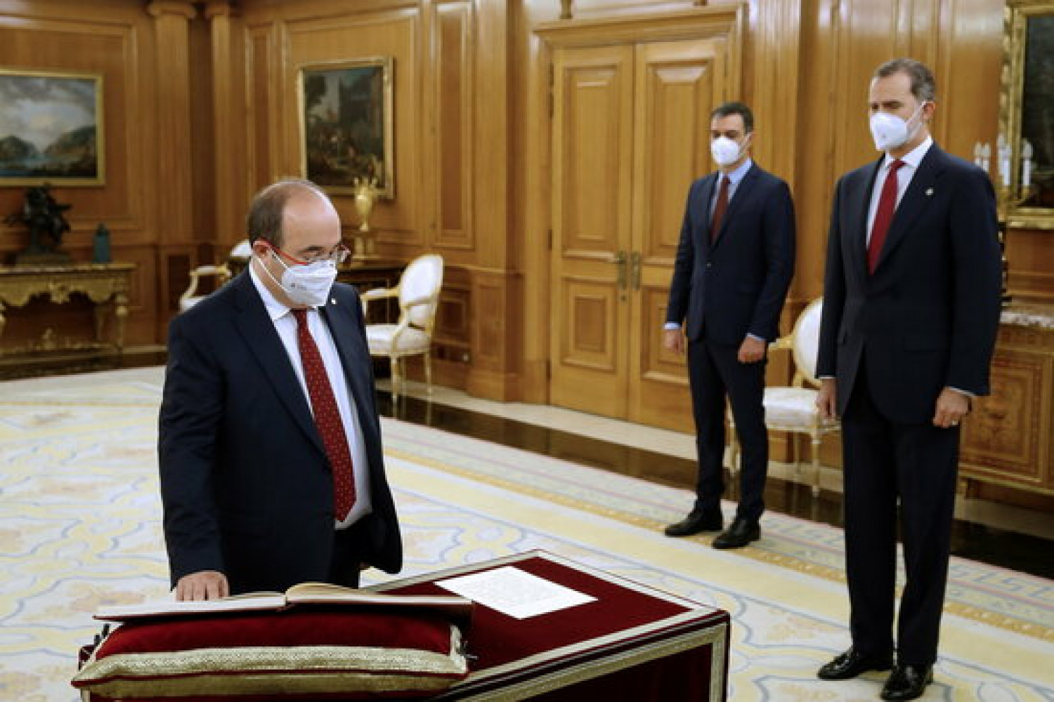 Catalan Socialist leader Miquel Iceta takes the oath as Spanish minister before king Felipe VI and president Pedro Sánchez (by Moncloa)