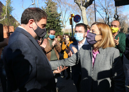 Jailed leader Oriol Junqueras greets fellow imprisoned pro-independence politician Carme Forcadell as she leaves Wad-Ras jail, in Barcelona,  on January 30, 2021 (by Miquel Codolar)