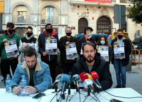 Catalan rapper Pablo Hásel gives a press conference sitting in front of various members of his platform offering their support (by Salvador Miret)
