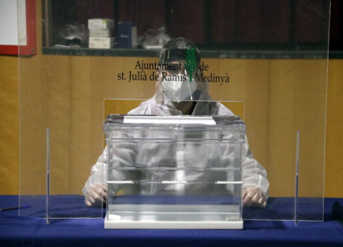 An electoral official in PPE during a rehearsal for the vote, February 5, 2021 (by Marina López)