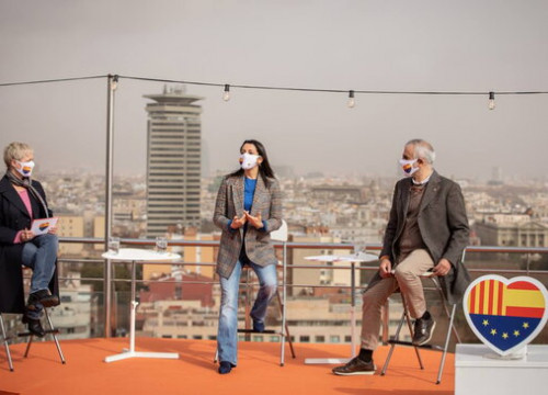 Ciudadanos candidates Anna Grau (left), Carlos Carrizosa (right), and party president Inés Arrimadas (centre) speak at a campaign event in Barcelona (image from Ciudadanos)