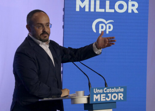 Catalan People's Party presidential candidate Alejandro Fernández speaking at an election campaign event (by Jordi Pujolar)