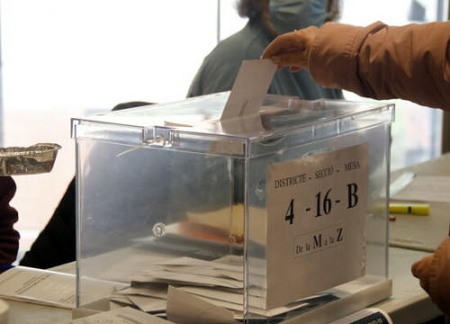 A vote being cast in a polling station in Lleida, on February 14, 2021 (by Anna Berga)