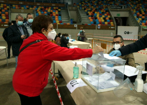 A voter casts her ballot in Tarragona on February 14, 2021 (by Mar Rovira)