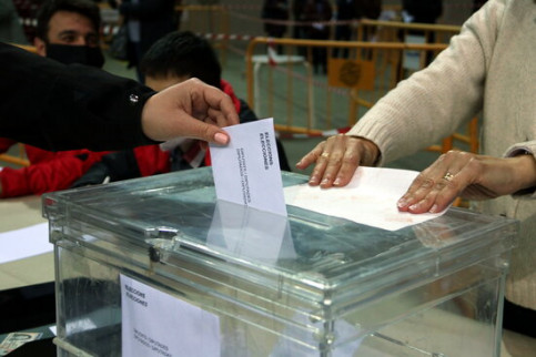 A vote is cast in Tarragona during the 2021 Catalan election, February 14, 2021 (by Mar Rovira)