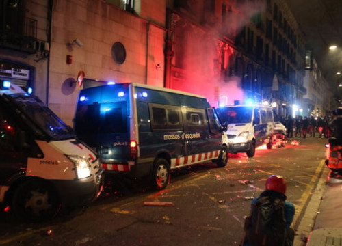 Catalan police vehicles attacked during a night of unrest in Barcelona (by Miquel Codolar)