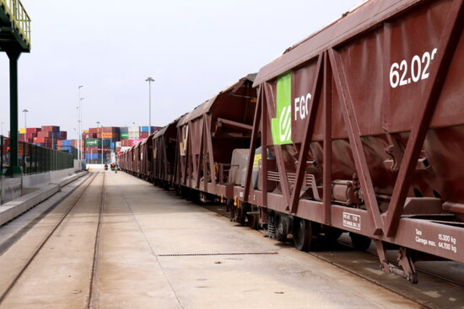 Image of the railway by FGC company in Barcelona's port on March 3, 2021 (by Aina Martí)