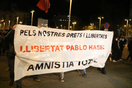 Protesters march behind banner demanding the release of Pablo Hasel, March 20, 2021 (by Pol Solà)