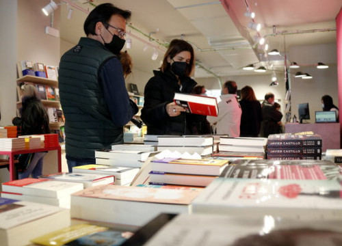 Customers leaf through books at the La Fatal bookstore in Lleida on its opening day, March 27, 2021 (by Anna Berga)