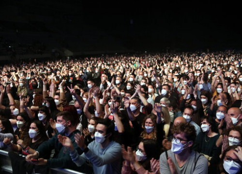 Photograph of the crowd of some 5,000 people at the concert-experiment without social distancing held in Barcelona (by Pere Francesch)