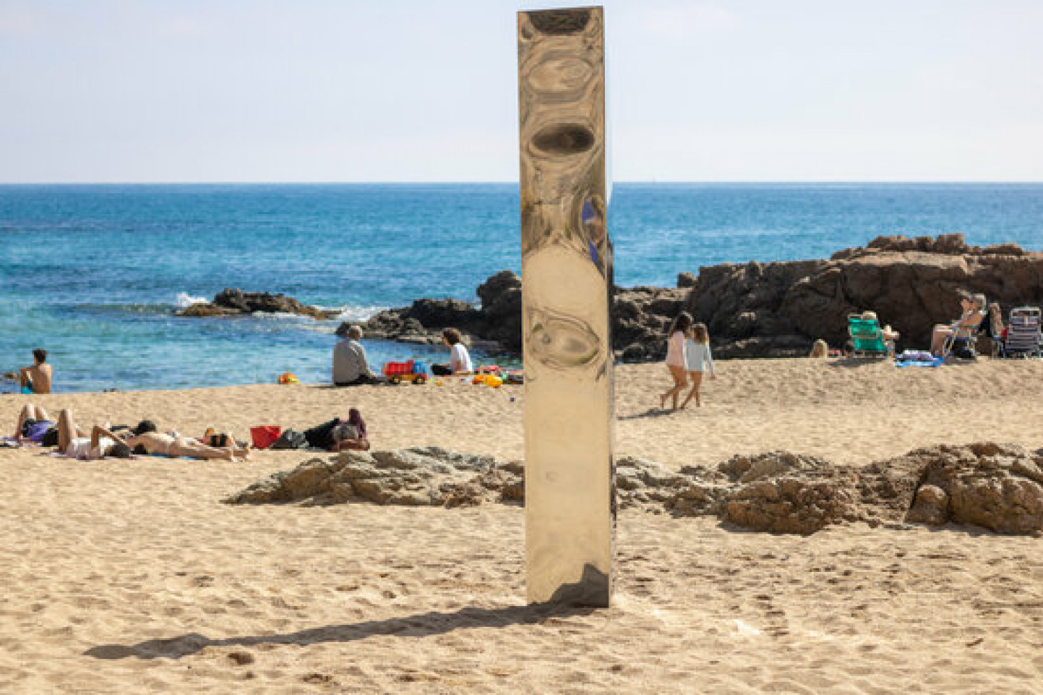 Metal monolith which appeared on Sa Conca beach in S'Agaró, Costa Brava on March 30, 2021 (courtesy of Arocinema Associació)