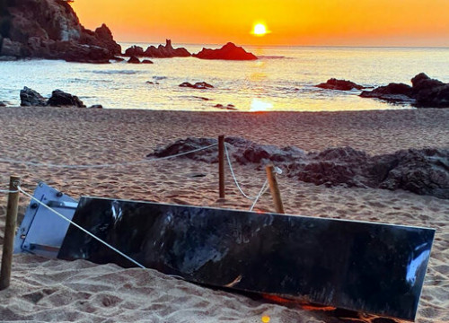 Metal monolith found toppled on Sa Conca beach on April 1, 2021 (courtesy of the Platja d'Aro town hall)