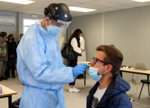 A student at the University of Girona getting tested for Covid-19 (by Xavier Pi)