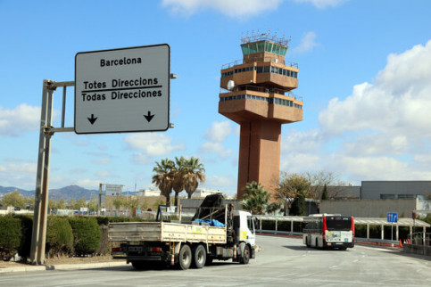 The former air traffic control tower at Barcelona Airport is to be home to an international aviation start-up hub, April 12, 2021 (by Jordi Bataller)