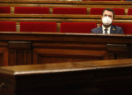 Acting president and ERC presidential candidate Pere Aragonès sits alone in parliament, April 29, 2021 (by Marta Sierra)