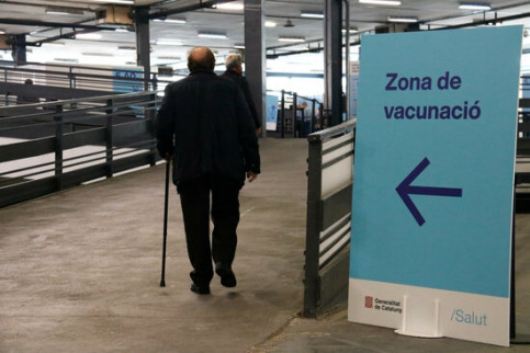 A vaccination point sign in the Fira de Barcelona congress hall (by Blanca Blay)