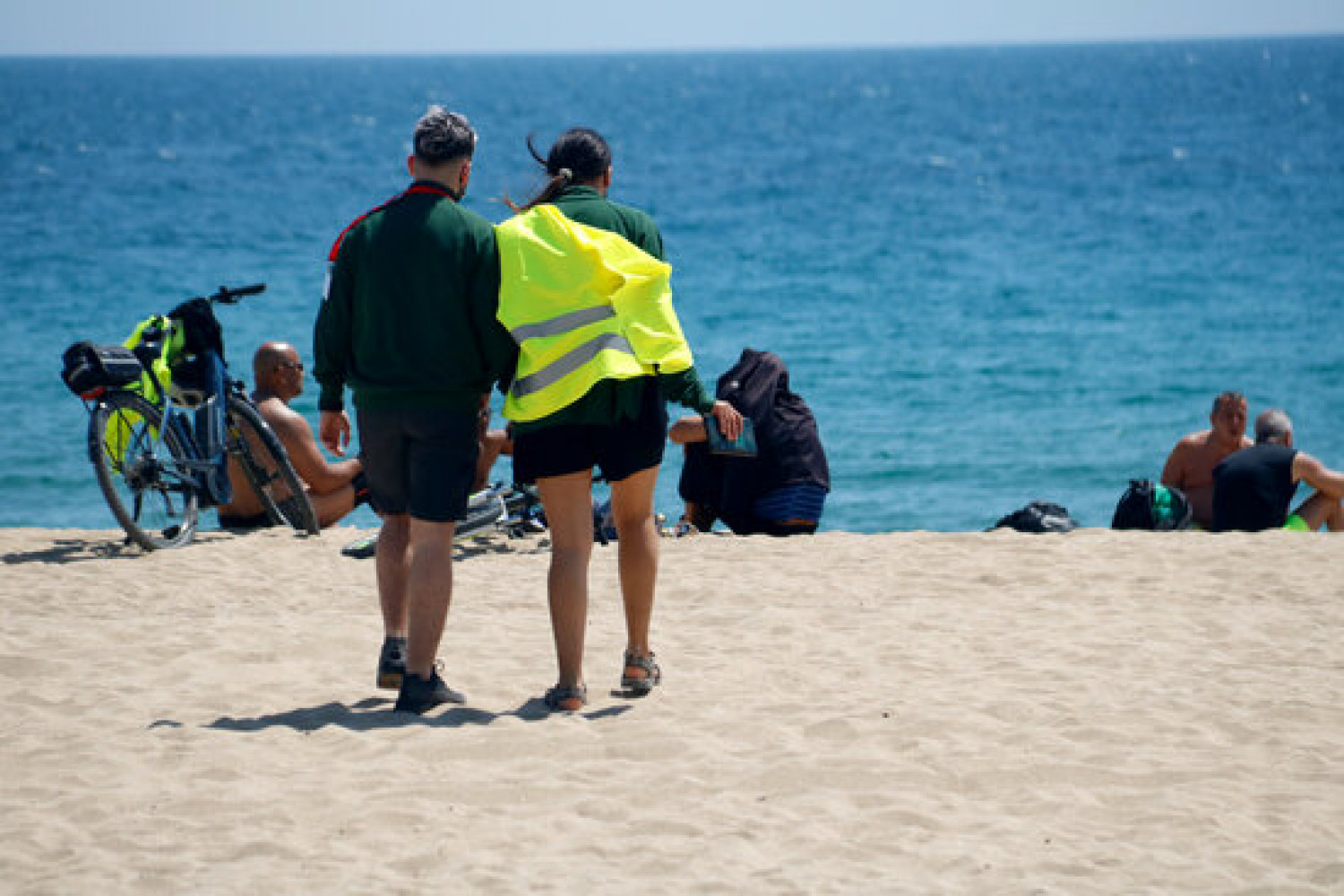 Staff controlling access to Barcelona's beaches (by Blanca Blay)