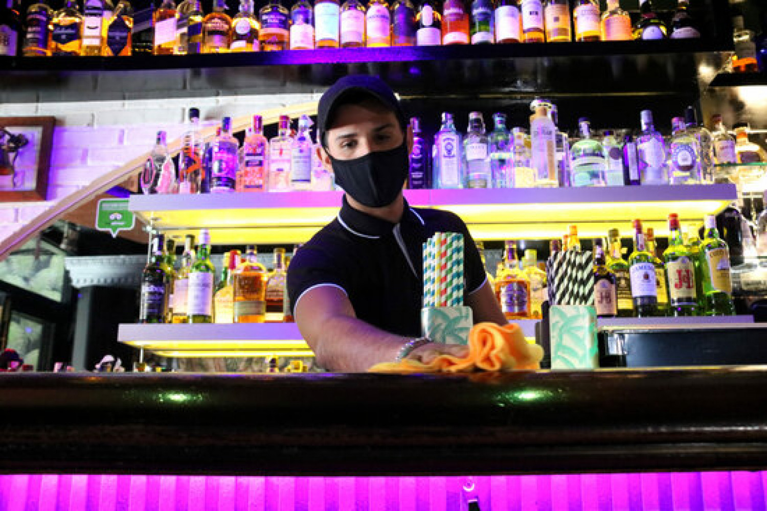 A member of staff in one of the Sitges nightclubs participating in a trial reopening, May 10, 2021 (by Gemma Sánchez)