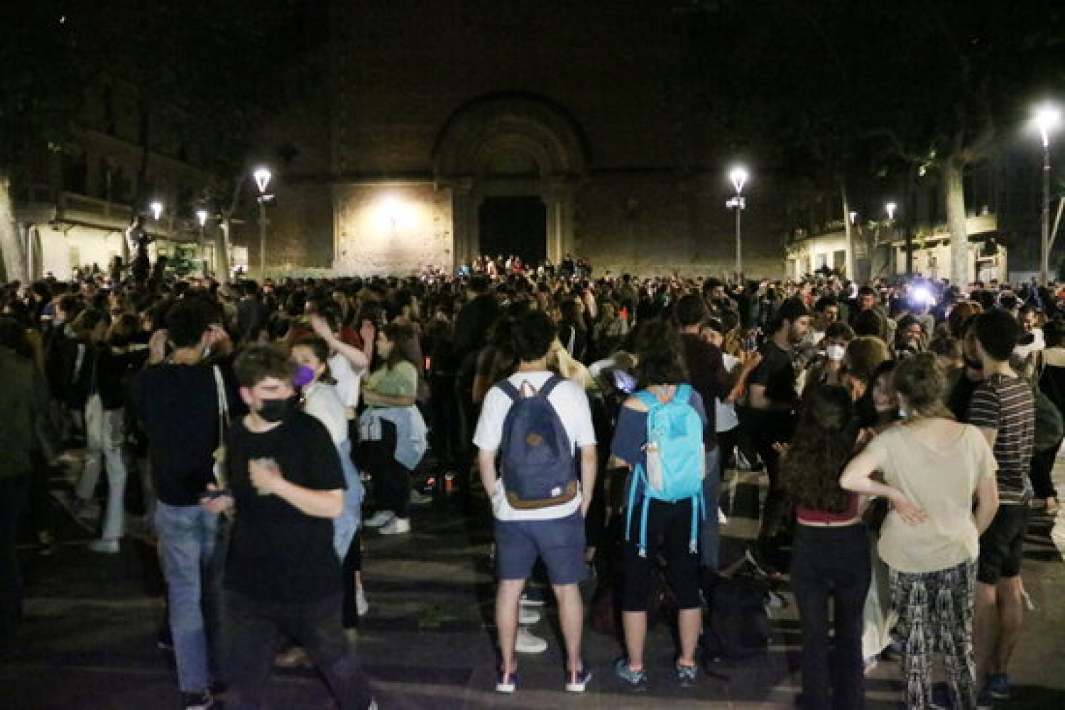 Hundreds of people celebrate the end of the state of alarm in Barcelona's Plaça de la Virreina, in Gràcia, on May 9, 2021 (by Sílvia Jardí)