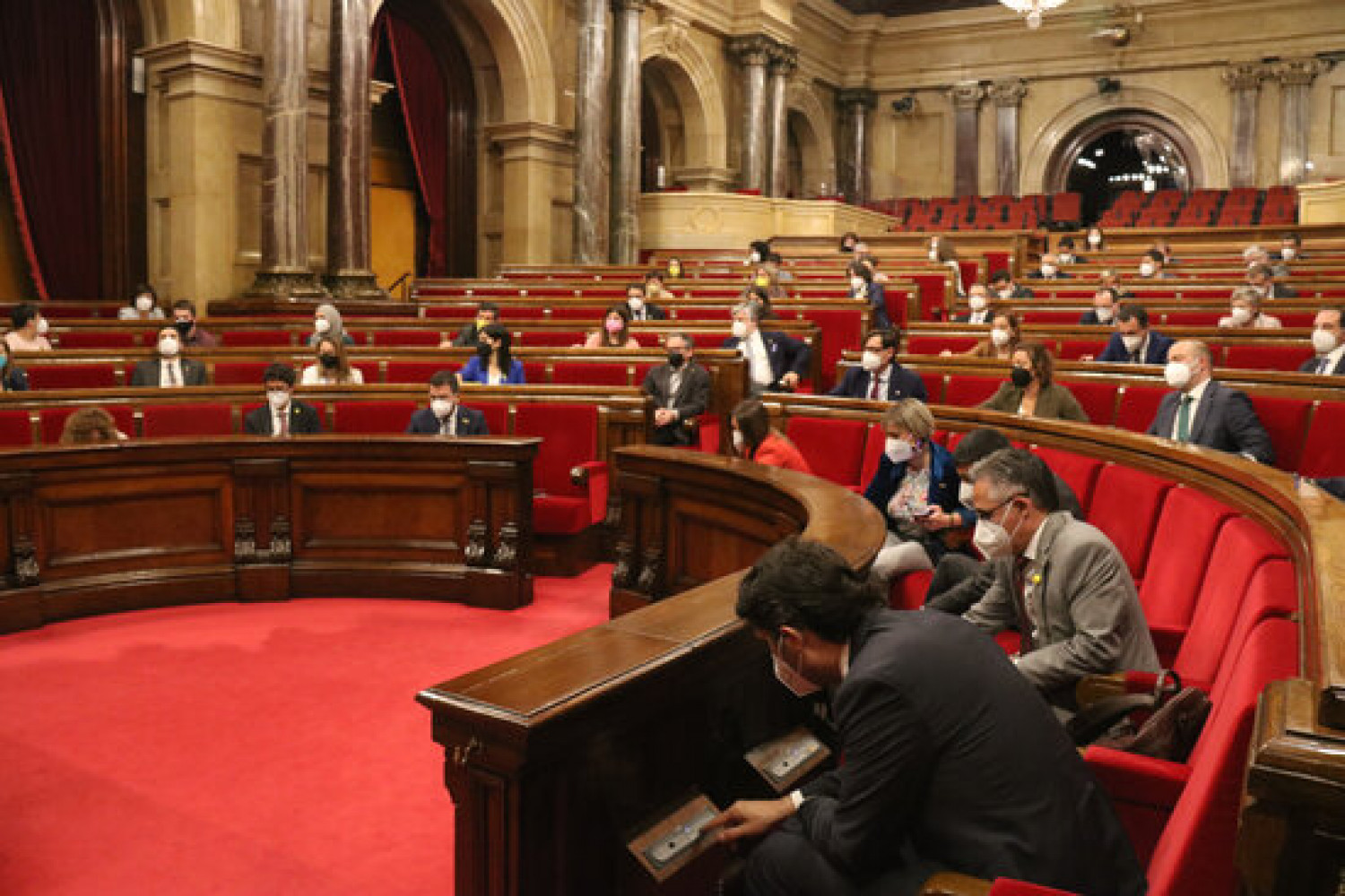 Members of the Catalan parliament during a vote in the chamber (by Mariona Puig)