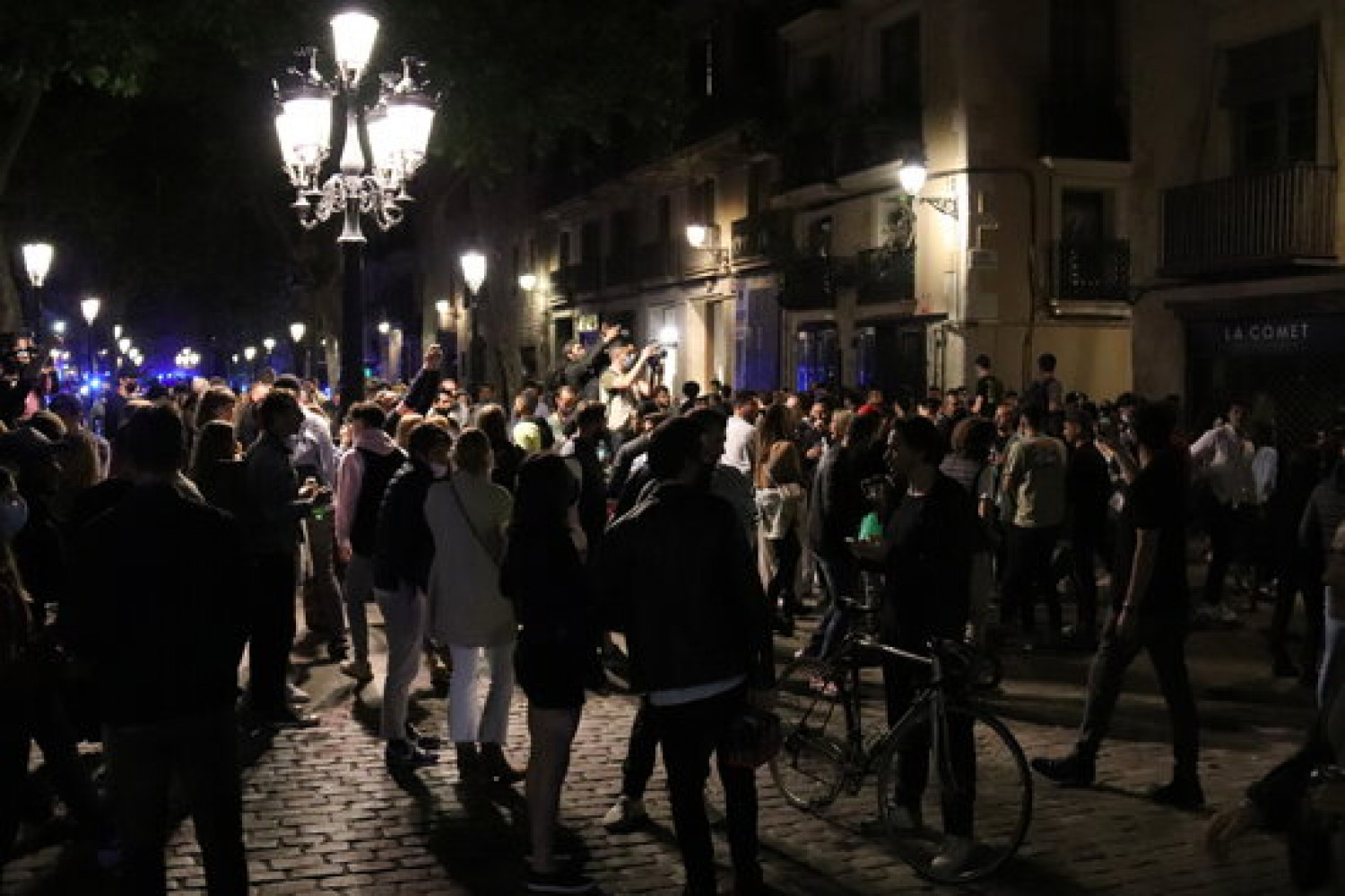 People drinking on the streets of Barcelona's Born neighborhood, May 15, 2021 (by Aina Martí)