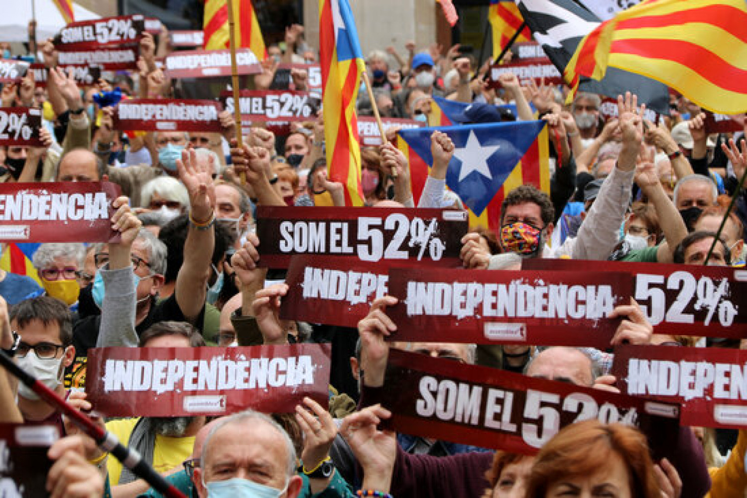 Demonstrators in Barcelona with placards reading 'We are the 52%' and 'Independence', May 16, 2021 (by Gemma Sánchez)