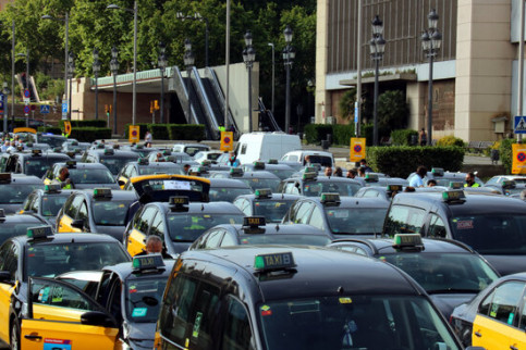 Taxis join a slow drive protest in Barcelona (by Lluís Sibils)