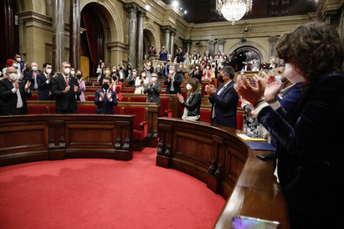 Lawmakers applaud Pere Aragonès just after he has been appointed 132nd Catalan president (by Jordi Play)