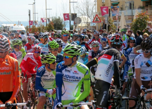 Cyclists prepare for start of Volta a Catalunya in previous edition (by ACN)