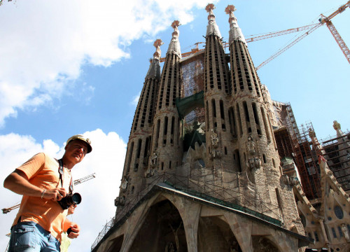 A tourist in front of the Sagrada Familia in Barcelona (by ACN)