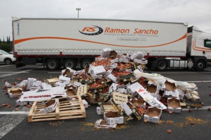 Fruit on the road at the French border last July 26th (by ACN)
