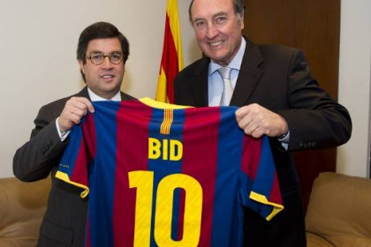 Ramon Pont and Luis Alberto Moreno hold a Barça t-shirt (by FC Barcelona)