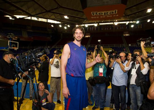 Pau Gasol arriving at Regal Barça training session (by FC Barcelona)
