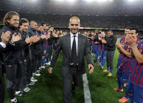 The players creating a guard of honour for Guardiola in his farewell game at Camp Nou (by FCB)