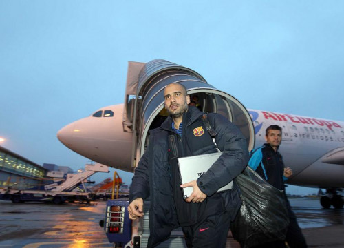 Pep Guardiola and the entire Barça team while landing at London (by FC Barcelona)