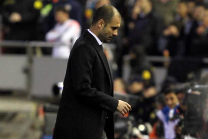 Guardiola in a moment of the game against Valencia, to which he attended with severe back pain (by FC Barcelona)
