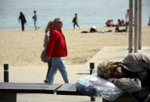 A homeless person sleeping at the Barcelona walkway (by ACN)