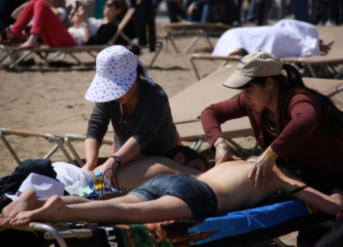 Illegal massages in one of Barcelona's beaches (by R. Garrido)