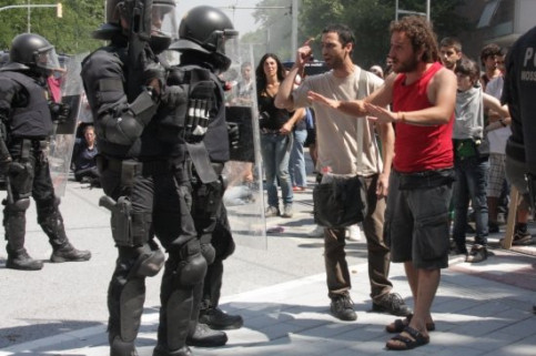 Protesters and riot police face to face at the Ciutadella Park's gates (by R. Pagano)