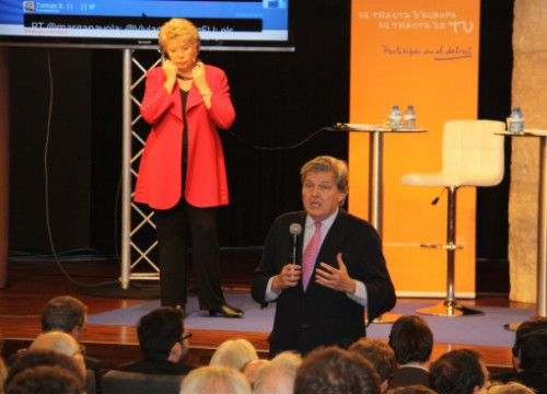 Iñigo Méndez de Vigo addressing the audience in front of Viviane Reding (by ACN)