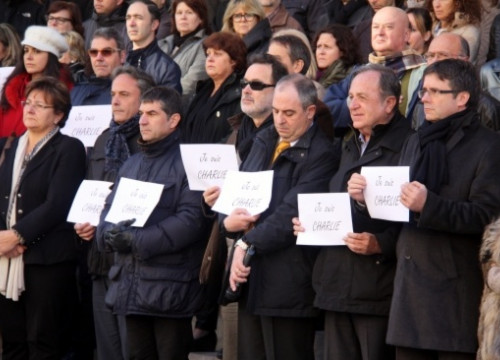 Girona's Mayor, Carles Puigdemont (right), and other public officers holding solidarity messages with 'Charlie Hebdo' (by T. Tàpia)