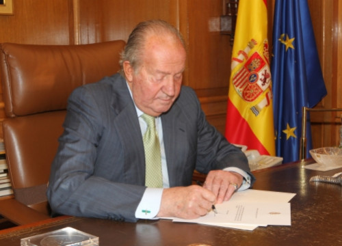 King Juan Carlos signing his abdication (by Casa Real / La Zarzuela)