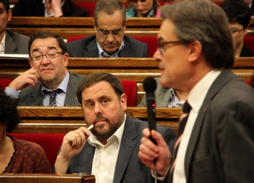 Oriol Junqueras (centre) looks at the Catalan President (talking) on Wednesday (by R. Garrido)