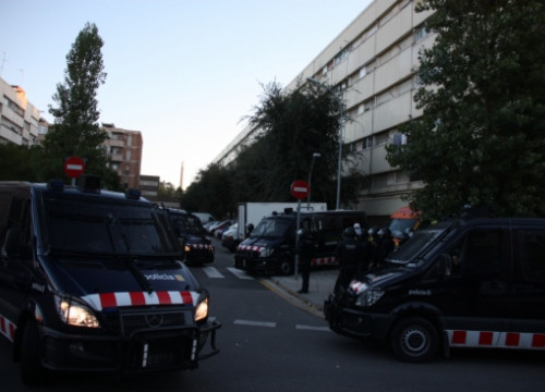 Part of the Catalan Police's deployment in La Mina on Friday early morning (by G. Sánchez)