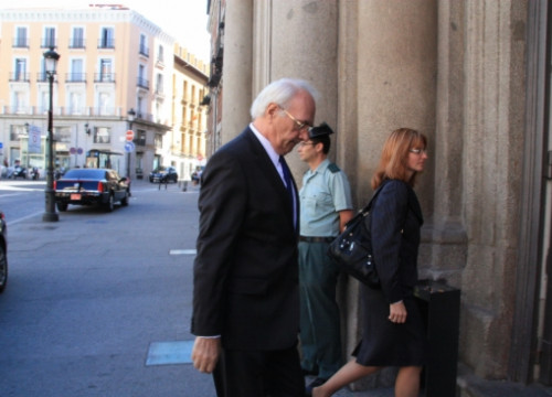 The Latvian Ambassador in Madrid entering into the Spanish Foreign Affairs Ministry to met with García Margallo (by R. Pi de Cabanyes)