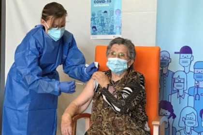 Leocàdia receiving a second dose of the Pfizer vaccine in La Pobla de Segur on January 17, 2021 (Courtesy of the Catalan health department)