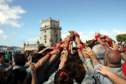 Building the base on which the human tower will stand in front of Lisbon's Torre de Bélem (by M. Belmez)