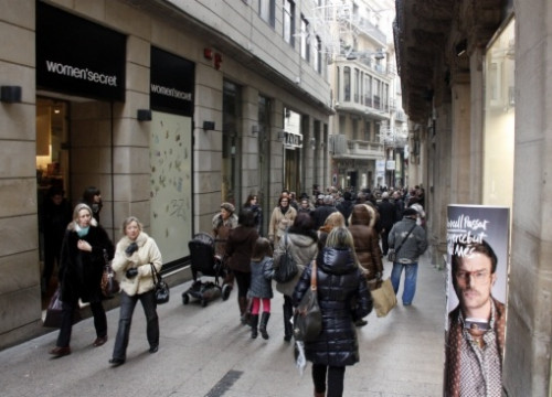 A street full of shops in Lleida (by ACN)