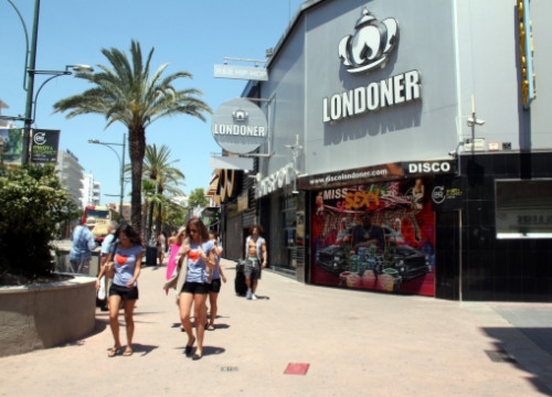 Tourists walking in Lloret de Mar (by ACN)