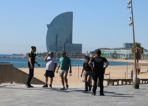 Local police speaking to people at a Barcelona beach on May 20 (by Miquel Codolar)